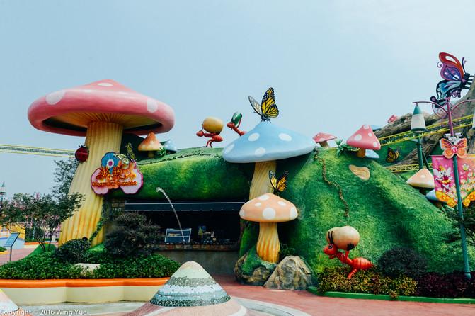 这里是小孩子的玩乐天堂,栩栩如生的蘑菇造型的小雕塑,可爱极了.
