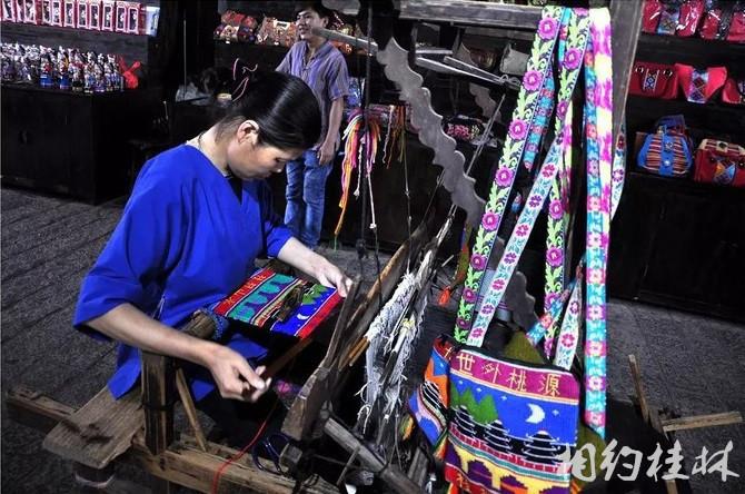 少数民族手工艺作品,现场手工制作,可以对外销售,买两件当成装饰