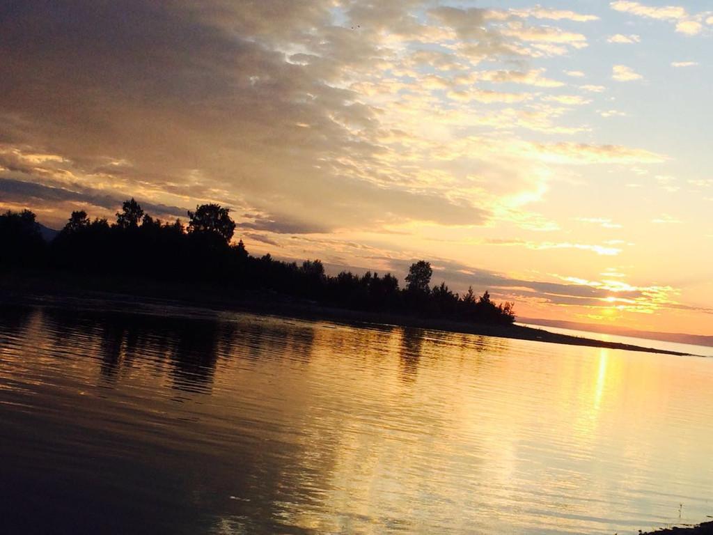 俄罗斯之旅完满结束,前期制作路书之精准出乎预料,几乎全部按照路书行走完每个行程。 第一阶段部分环贝加尔湖骑行500公里,体验山路崎岖,湖水妖娆,观赏到了世界第一大淡水湖之静美,临湖而居,清晨早起,看白雾缭绕的丛林。如置身于仙境之中,独享东边日出西边彩虹之贝加尔湖之美景。 第二阶段浏览金环各小镇之不同风貌,500公里,第一站雅罗斯拉夫尔依偎伏尔加河,可谓柔美,河边绿道浪漫,既有身着比基尼美女相伴又有威武男儿和伢童骑车为伍,科斯特罗马既有伏尔加河水穿城而过又有山城木屋之雅致,伊万诺沃直达苏兹达尔,路旁金黄色麦
