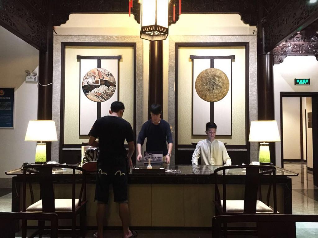 第一晚住在乌镇会,是一家中式风格的酒店,在整个水镇的中间位置.