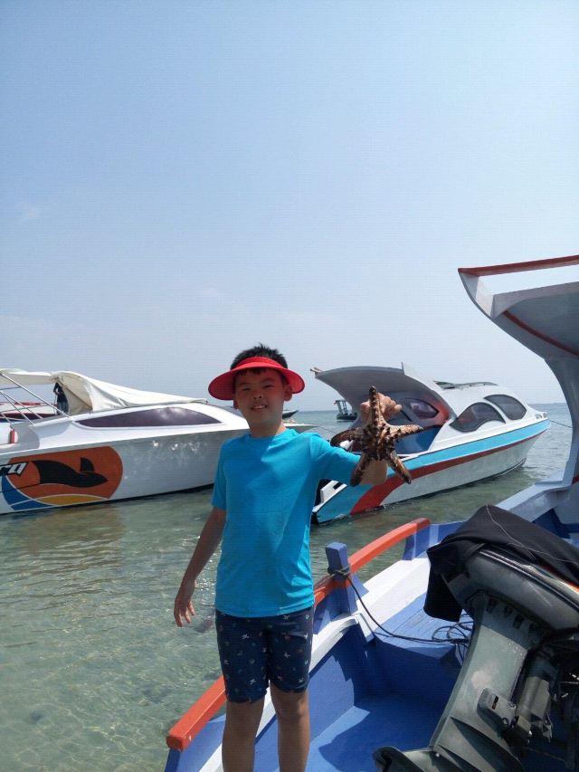 全世界五大潜水组织共同评定,最佳浮潜、潜水场地--北苏拉威西.印尼政府在这里规划有3个国家海洋公园:布纳肯(BUNAKEN)、曼卡(BANGKA)及蓝碧(LEMBEH)国家海洋公园。 布纳肯海洋生态保护区位于印度尼西亚北苏拉威西省万鸦老市,是世界上著名的5大潜水点之一( 第1名 万鸦老/第2名 大堡礁/第3名 帛琉/第4名马尔代夫/第5名 红海),被称之为东方最美的地方之一,温暖的海水水温介于27-29之间;丰富的海底资源有150个潜水点;美丽的海底世界蕰藏着有300多种海底活珊瑚及3000多种海底鱼
