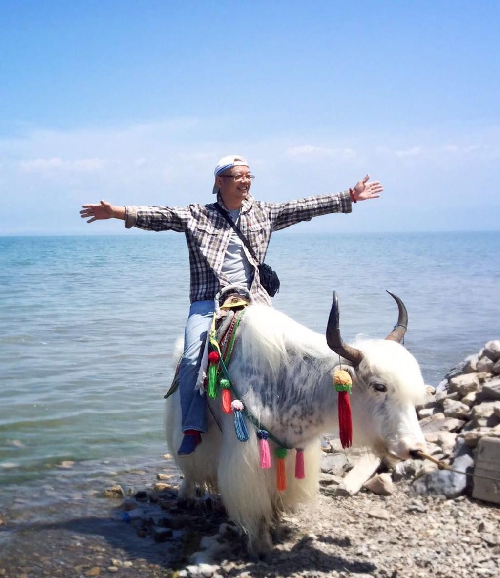 配上天空纯粹的蓝,美得是如此震撼,让我屏息,久久不舍,因要赶回青海湖
