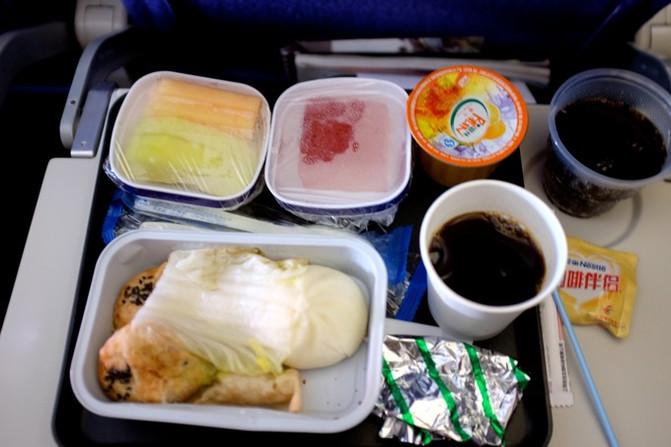 东航的飞机餐,典型的中式早点:菜包,鲜肉月饼,凑活