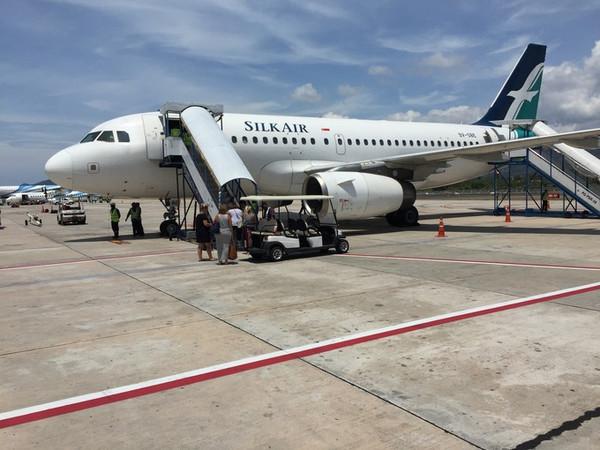 新加坡樟宜机场 从机舱望去 ,新加坡的晚霞与海 这里要和大家分享一个机场代码的知识,由于这个机场代码的唯一性,我们这次才搞清楚苏梅岛机场USM和素叻他尼机场(又称万伦机场)URT。 度娘说机场三字代码 简称三字码,由国际航空运输协会 (IATA ,International Air Transport Association)制定。国际航空运输协会(IATA)对世界上的国家、城市、机场、加入国际航空运输协会的航空公司制定了统一的编码。在空运中以三个英文字母简写航空机场名,称机场三字代码或三字码