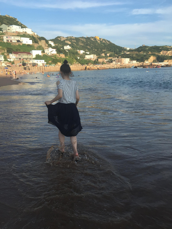 上图:夕阳下赶海的小姑娘.