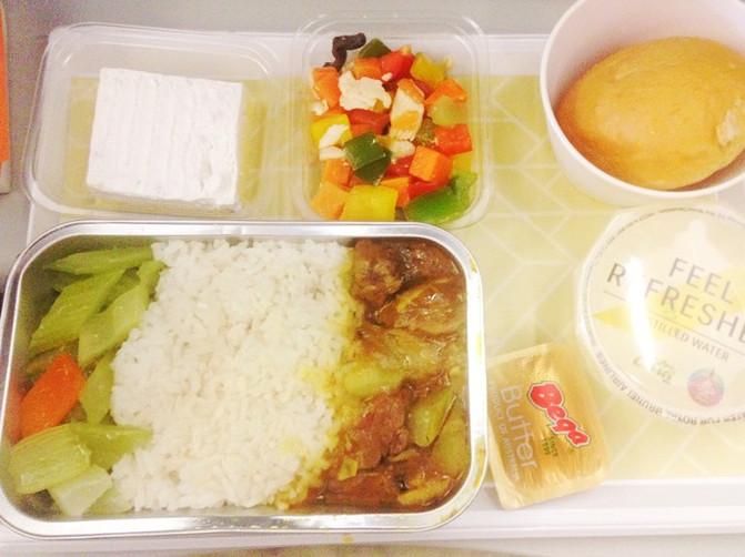文莱航的飞机餐,可选鸡肉或者牛肉