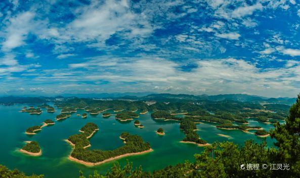这里湖水清澈,湖面上岛屿星罗棋布,是江浙度假休闲的热门选择.