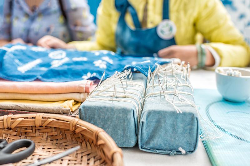 扎染的主要步骤有画刷图案,扎花,蒸煮,浸染,晒干,拆线,漂洗.