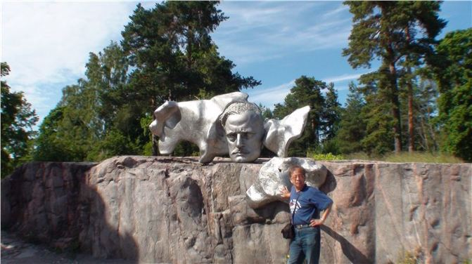 西贝柳斯是芬兰世界级的音乐大师,是芬兰的骄傲。他生于1865年,他早年就读于赫尔辛基音乐学院,后赴柏林、维也纳深造。在十九世紀末的芬兰,受俄沙皇尼古拉二世残暴統治,全国激发起強烈的民族意识,希望推翻异族统治。作曲家在民族独立运动影响下从事音乐创作,其作品的主题,始终不渝地凝聚着,炽热的爱国主义感情和浓厚的民族特色,他一生写下了60多部影响极大的著名交响曲,其代表作有交响诗《芬兰颂》、七部交响曲、交响传奇曲四首、小提琴协奏曲、交响诗《萨加》、弦乐四重奏《内心之声》,以及为莎士比亚戏剧《暴风雨》的配乐,此外