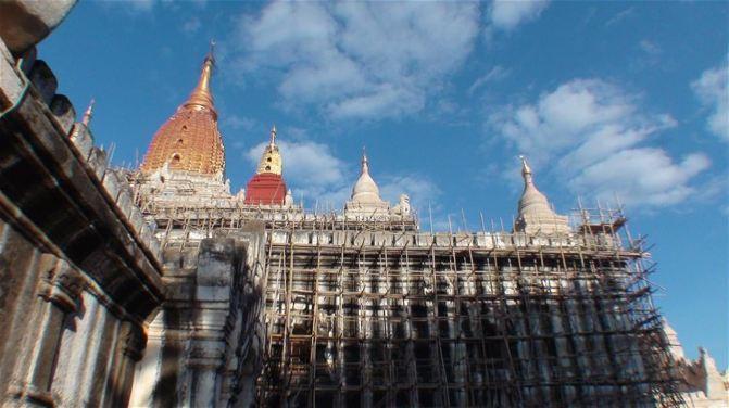在后院还有个四方的房间,是佛塔的附属建筑。大家在小龙的招呼下陆续往寺外走。寺院大木门很有年代了。 网摘资料: 蒲甘最漂亮的佛塔。位于达宾纽的东侧,两塔相距很近。以佛祖释迦牟尼弟子阿南达名字命名。由江喜陀王建于1090年,已近千年历史。希腊十字形建筑。寺内有4座高大立佛,还有80幅描写佛祖从诞生到教诲场景的珍贵浮雕。 阿南达是蒲甘地区最精美、最辉煌的建筑。之后蒲甘的其他寺庙都纷纷仿造阿难达寺的建筑模式进行修建。阿难达寺是一座方形白色金顶佛塔,高约 50 米,每边长约 60 米,造型美观,结构复杂,具有多种