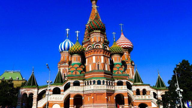 它以九个形态和颜色各异的洋葱头教堂顶闻名于世,堪称克里姆林宫和图片