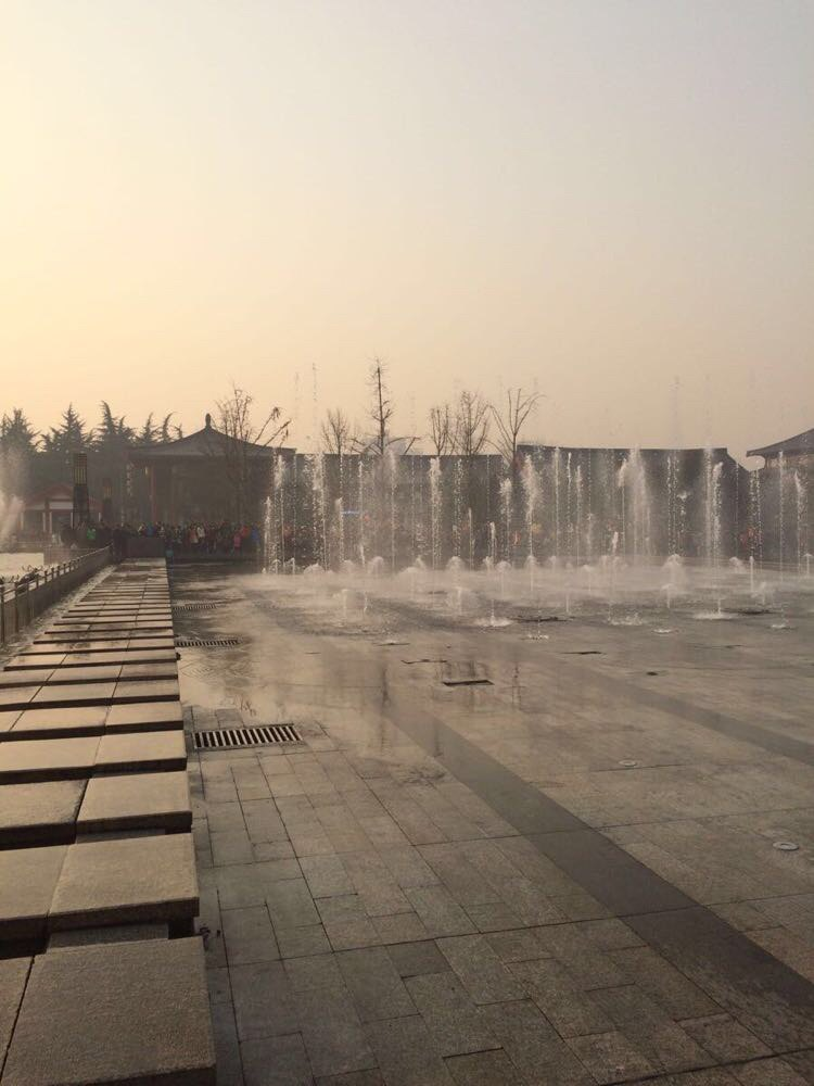 大雁塔北广场整点有音乐喷泉