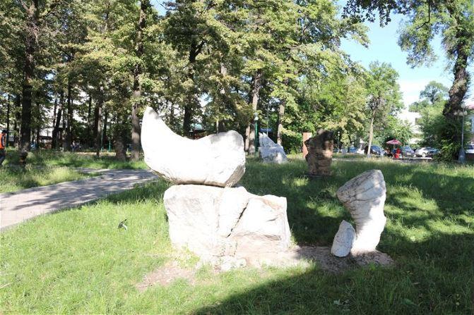 金属,木头制作的形形色色的雕塑散落在公园的