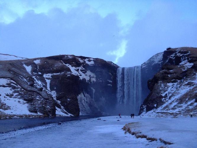 冰岛,冰与火的国度,冰川与火山共存而形成的独特地貌,使之成为地球上最像外星球的地方,既然去不了月球,那么就去冰岛吧 去冰岛之前,曾经听到过一个关于冰岛气候的笑话:如果你不喜欢冰岛现在的天气,那么,请再等五分钟,因为五分钟后,天气会变得更糟糕 而冰岛独特的天气,也造成了冰岛旅游的不确定性,你永远不知道前方等候你的是什么,是狂风暴雨还是艳阳高照~ 冰岛的天气就像一个任性小孩,而随着气候的不同,也呈现出了温柔、粗旷、壮美、奇特、怪异、虚幻等各种不同的风景。我们无法去选择可以遇到的风景,甚至也无法去预测,