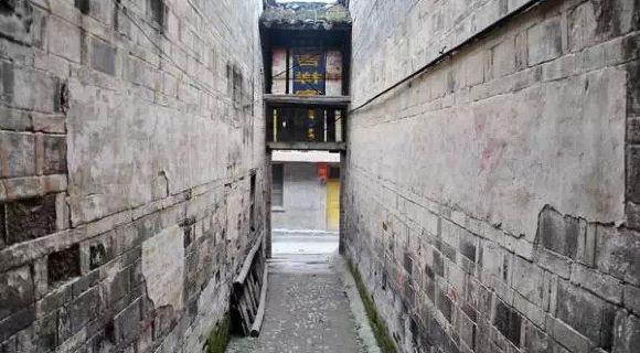 中国城市竞争力研究会最新发布了《2014中国最美丽县》排名榜!咱们就来看看这些中国最美的小城吧~你猜猜最美的是哪个?你最想去哪个? 首先:评比指标 规划设计美、历史遗风美、特色建筑美、乡村文明美、和公众口碑美等,可以说上榜的绝对货真价实值得一去! Top.10 陕西旬阳县丨夜色斑斓美 上榜理由:  旬阳县城最奇特的,就是它是天然太极城,由于亿万年来旬河河床不断下切侵蚀、沉淀堆积,使河床形成S型图案绕城而过,依然组成一幅天然太极图案。  最为奇特的是阴阳鱼眼位置分别生长着一棵千年古柏,历经千年依然枝繁叶茂~