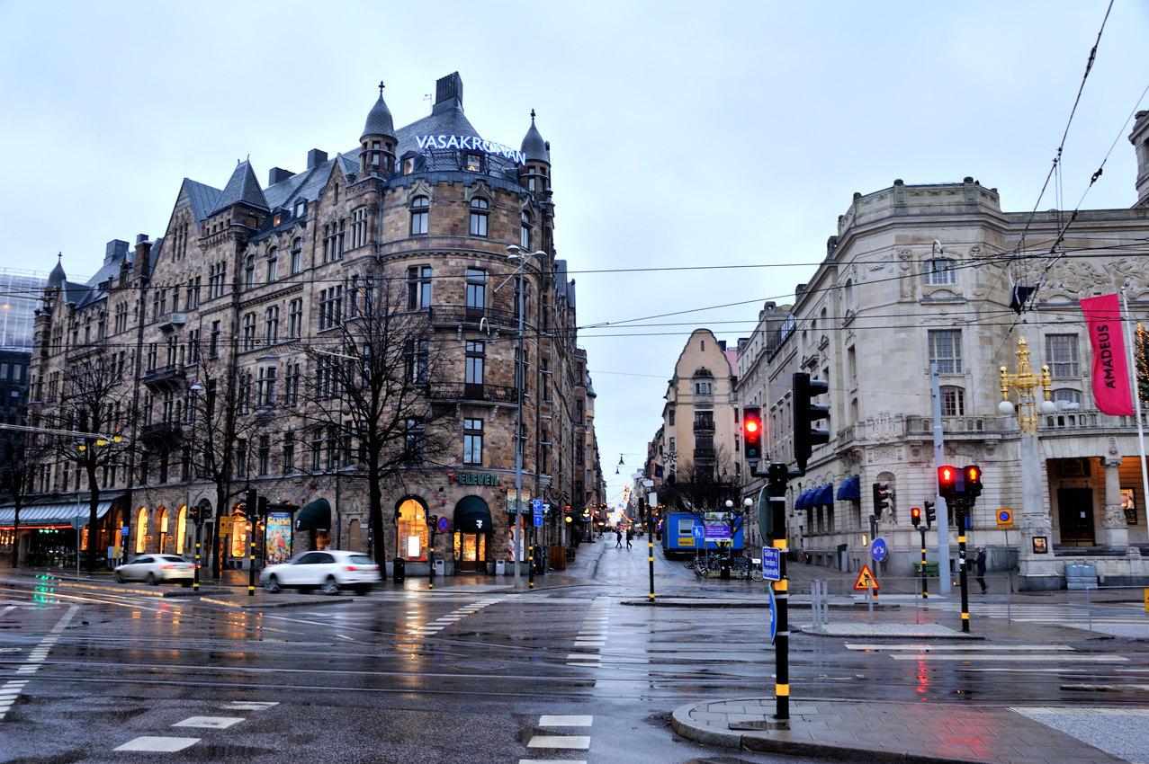 斯德哥尔摩雨后的大街,雨后被冲刷过的路面映衬出远处的霓虹.