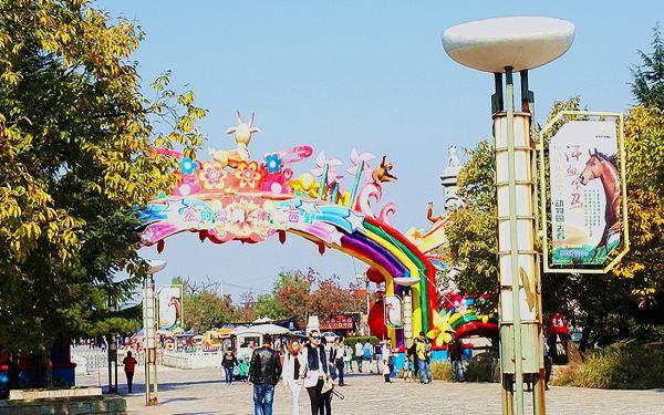 在西安与友人推杯换盏之后,友人建议去西安秦岭野生动物园看看,虽然,额去过诸如广东长隆、深圳、北京等等大型野生动物园,但西安所在的地域为历代王朝的后花园,汉代在此以围猎为主要娱乐的汉林园并建立翠微宫,供达官贵族避暑休闲;唐代为唐明皇游猎于此,观其青山绿水,桃红杏黄,鸟语花香,如入仙境,遂赞此地胜似皇宫内苑,故由此得名内苑。据说,早在上世纪五十年代一位杨姓商人,带了一群动物来到西安,结果深得百姓喜欢,故此,创建了西安动物园,即同法,今天的西安野生动物园前身,值得一看,姑且,算是逃离钢筋水泥的丛