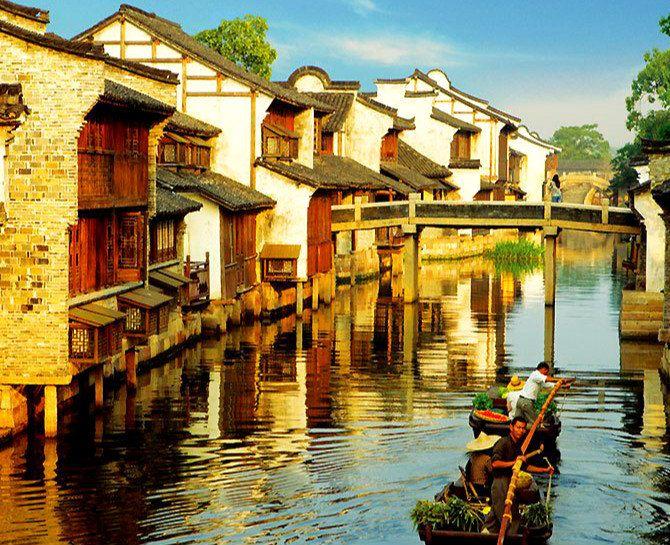 乌镇有着典型的小桥,流水,还有大片雅致的江南民居建筑和悠闲的生活