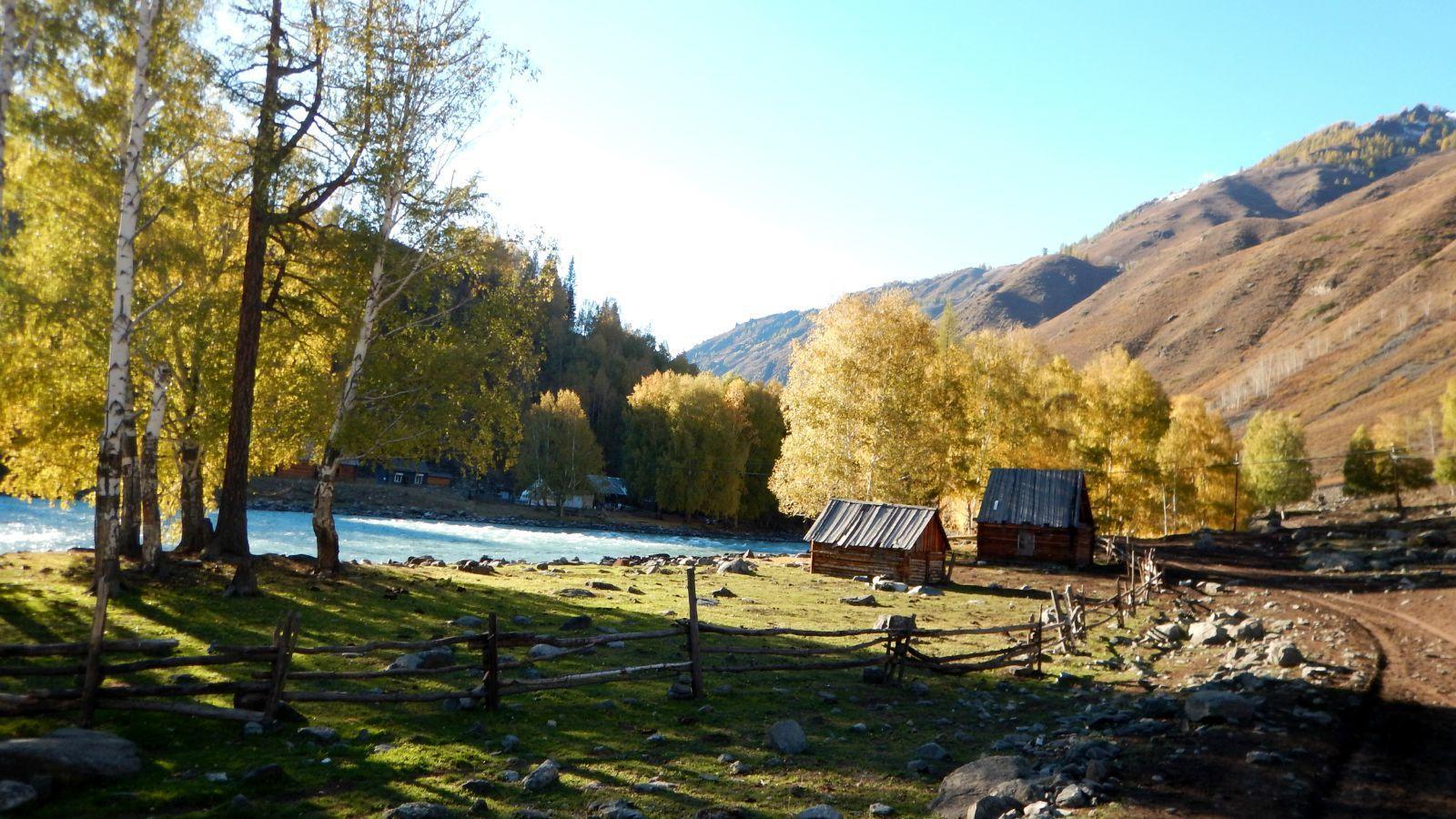 河边的风景特别好,这些照片都是在马上拍的,大家将就着看吧