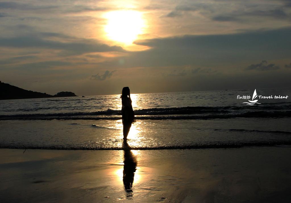 岛,到芭东第二个海滩看日落(乘车300泰铢),在日落下跳舞,玩海中降落伞