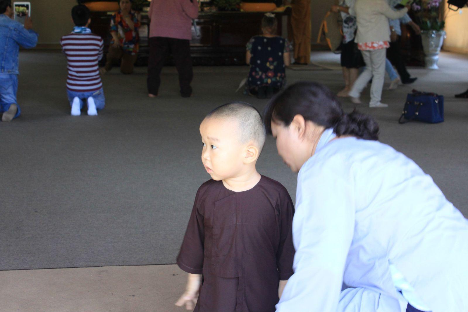 可爱的小和尚和身穿长衫的母亲
