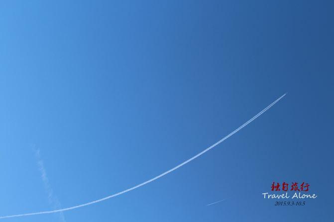 海边的天空不时有飞机划过