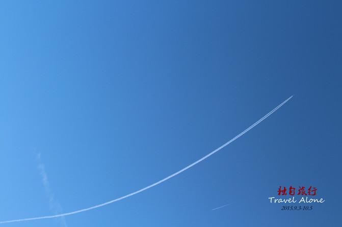 海边的天空不时有飞机划过.