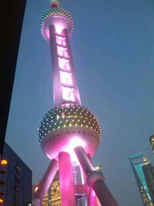 夜间的东方明珠电视塔