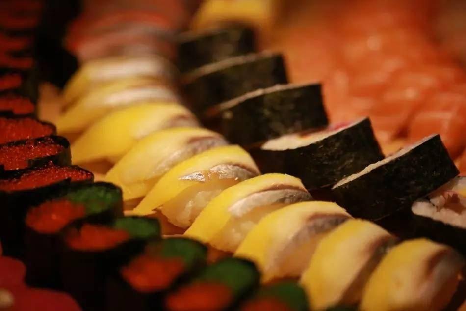铭门盛宴,吃海鲜自助餐,用什么姿势才好?