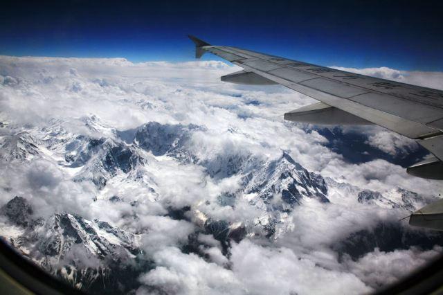 从重庆飞拉萨的飞机上看雪山