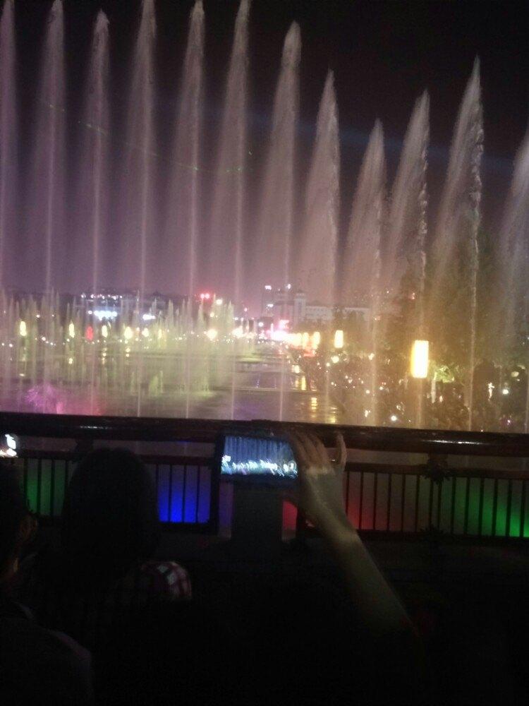 晚上的大雁塔北广场有音乐喷泉