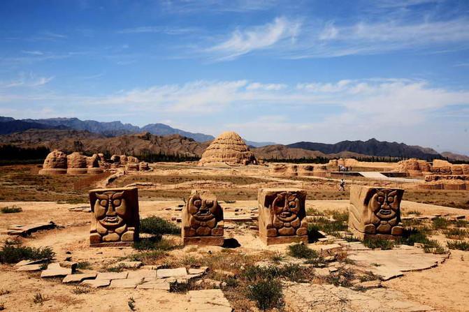 西夏王朝_山下的西夏王陵,西夏王朝唯一留下了的沧桑的历史遗迹.
