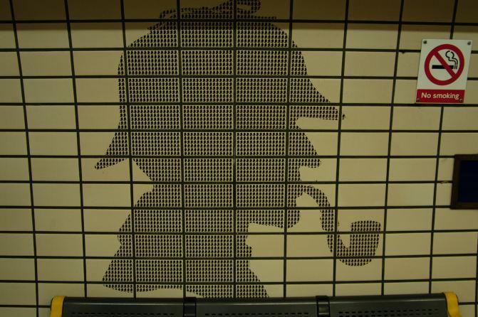 地铁站的墙壁都是用福尔摩斯叼著烟斗的头像做的