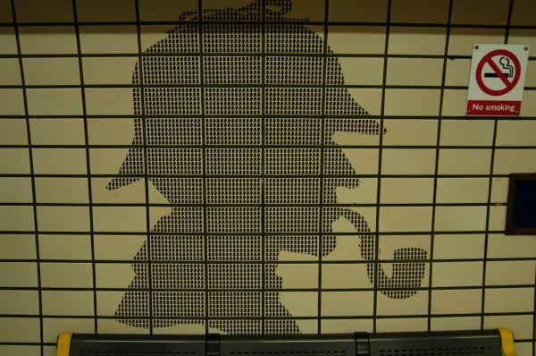地铁站的墙壁都是用福尔摩斯叼着烟斗的头像做的