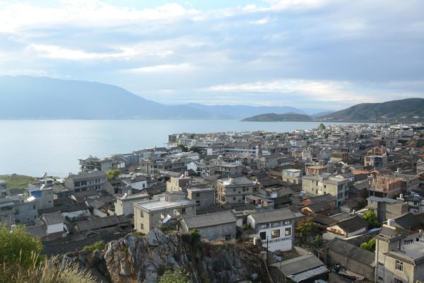 公路在山腰上,从山腰俯视海边的渔村