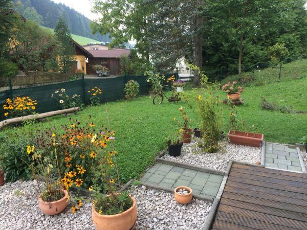 奥地利萨尔兹堡长椅,一栋石英别墅,门前乡村园里用滑雪板搭成的小花砖别墅小型底楼图片
