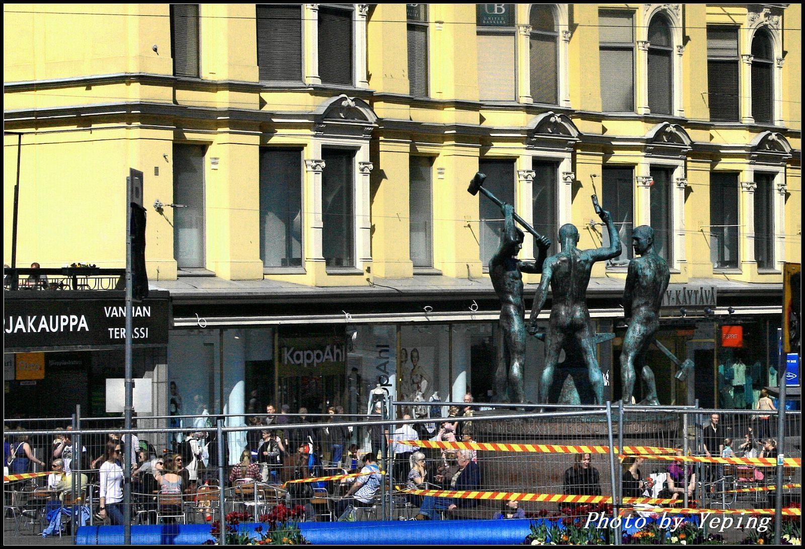赫尔辛基中央火车站附近街头的三铁匠雕塑