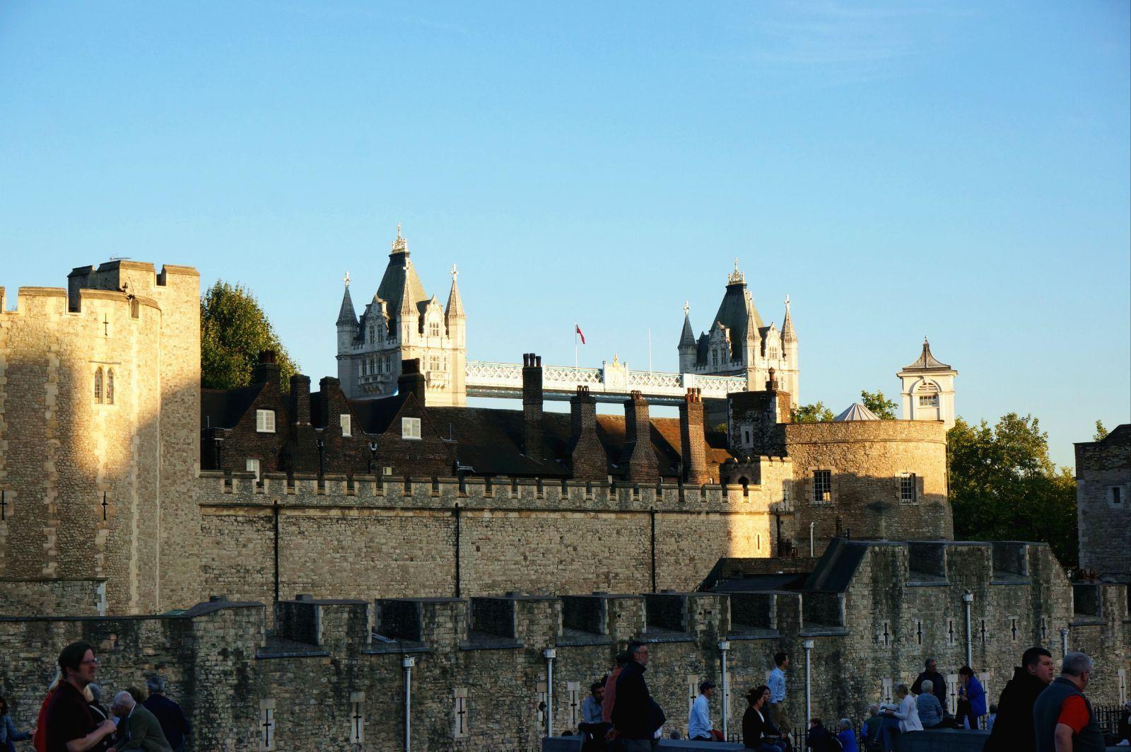 转到侧面的角度再去看伦敦塔