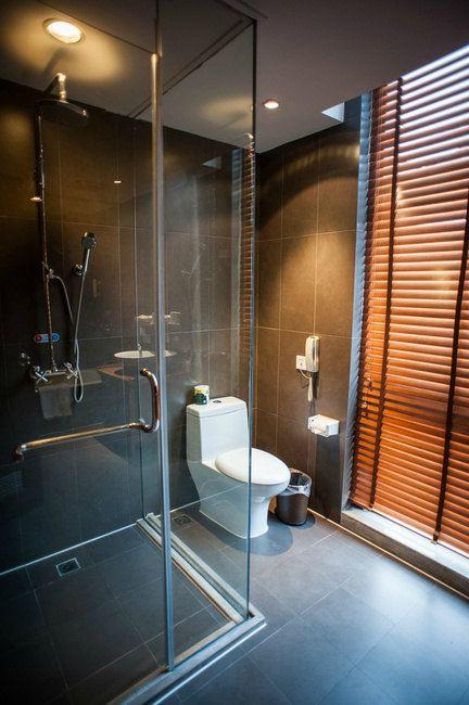 卫生间是长方形的,左边是淋浴间和马桶
