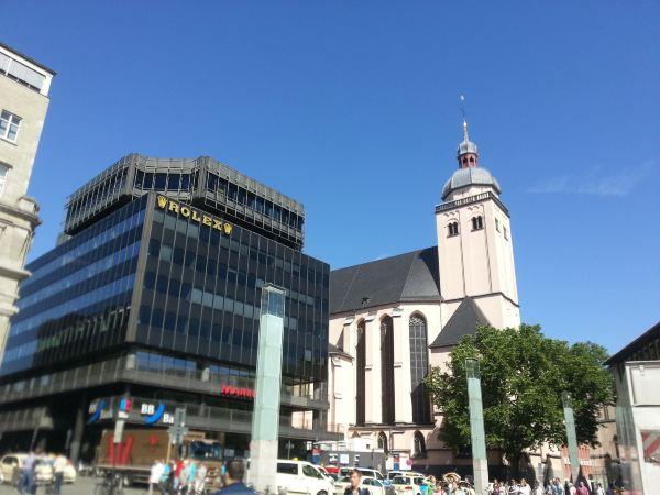 景点介绍科隆大教堂位于科隆的市中心,是一座天主教堂,也是一座哥特式教堂,它的规模更是欧洲北部最大的教堂。它始建于1248年,历经600多年时间才完成。因其宏伟的外观与细腻的雕像于一身,因此它也被誉为哥特式教堂建筑中最完美的典范,更成为了科隆市的标志。同时也被列入了《世界遗产名录》。科隆大教堂是每一个来到科隆的游客都会参观的景点,当教堂出现在你面前时,你会被它的壮丽、精美的外观震撼到。走到教堂的门前,高大的铜门上都是精美的人物浮雕,铜门上方是哥特式教堂特有的尖拱,上面布满了雕像。教堂内部参观是免费的,进入教