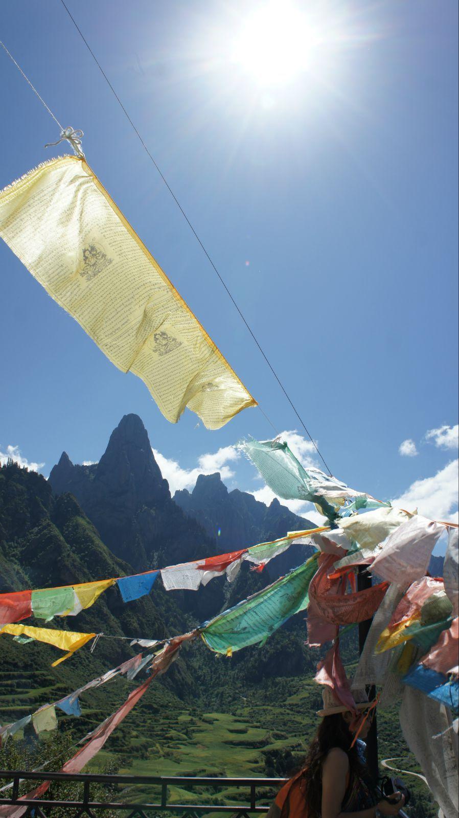经幡与远山 似乎是藏区永恒的风景
