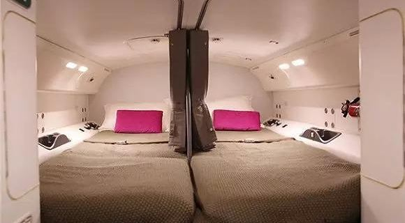 如果你要坐10多个小时的长途航班,估计大部分时间都在呼呼大睡。头等舱还睡得比较舒服,经济舱就只能东歪西倒了。那空姐们呢?她们也在哪里跟我们一样坐得腰酸腿软打瞌睡吗?才不是呢,人家有卧室,有床可以躺着的哟! 在波音777和波音787的客机上,机组人员的休息室是在头等舱上层及尾部机舱上层的。怎么都没想到空姐们原来是在自己头上休息的吧?  波音官方公布的飞行员休息室,椅子后面的舱室放的就是床。  这堵门的背后就是休息室的入口,明确说明乘客不允许进入。  门后是一个秘密楼梯。  走到楼梯尽头,开始看到一条