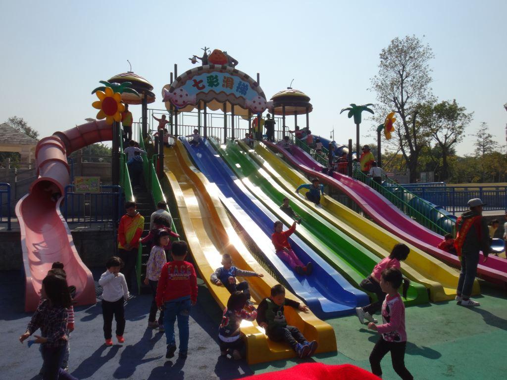 推荐理由:交通方便,地铁口出来几分钟就到了,公园占地面积大而且免费,小孩子玩的大型设备多,可以挖沙子,放风筝。还有大草地可以跑跑跳跳,踢球放风筝。免费的公园,靠近白云山,空气相比市区的公园清新,小孩子玩的大型设备规模大而且多,特色的有儿童高尔夫球场、轮滑场、车模场地、119消防体验馆等等,想不到有这么多好玩的项目。 交通:公交车741、980、424、522,在白云公园站或者广州市儿童公园站下车,下走几步路就到了,不过我经常选择的是搭乘地铁到白云公园站下车找到C出口往前走几分钟就可以到达了,方便快捷! 周