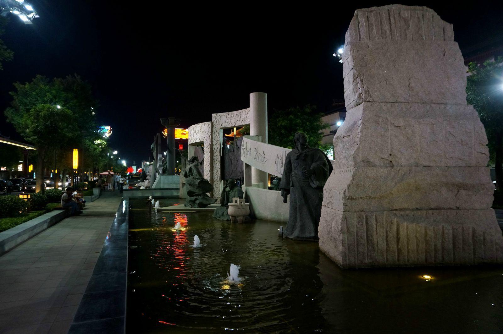 大唐群英谱雕塑   该区域作为大雁塔南广场与贞观广场的中轴线视觉