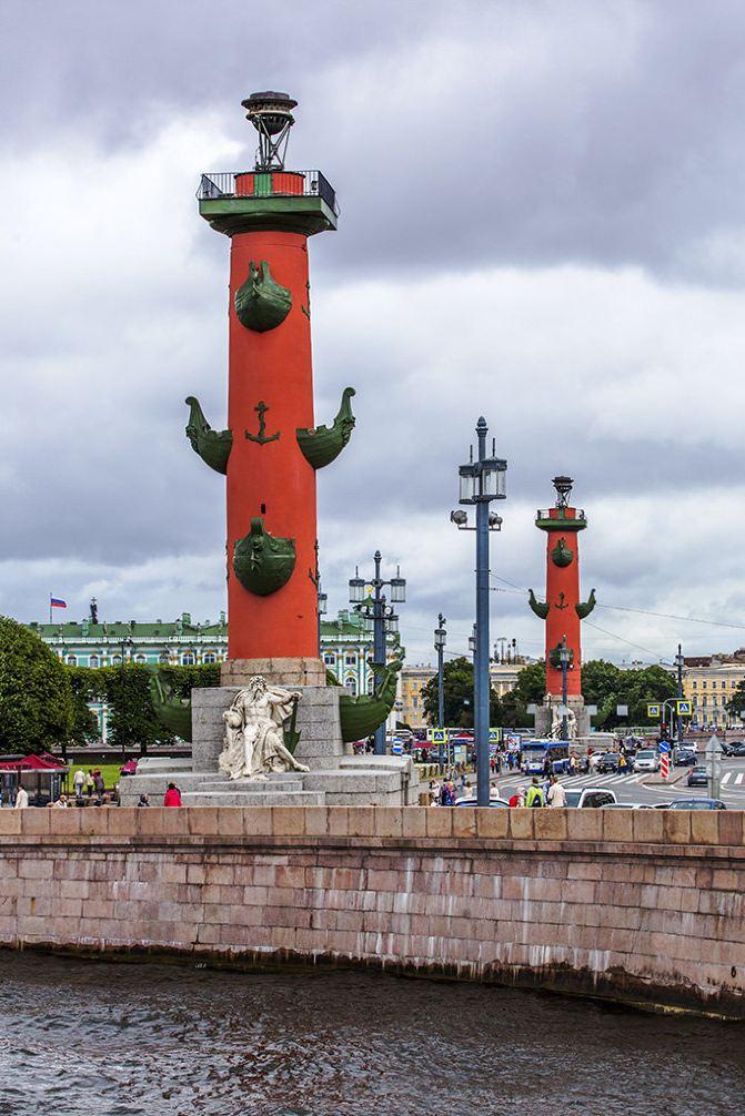 交易广场两侧耸立着两根红色圆柱——罗斯特拉灯塔柱,灯塔过去用于为