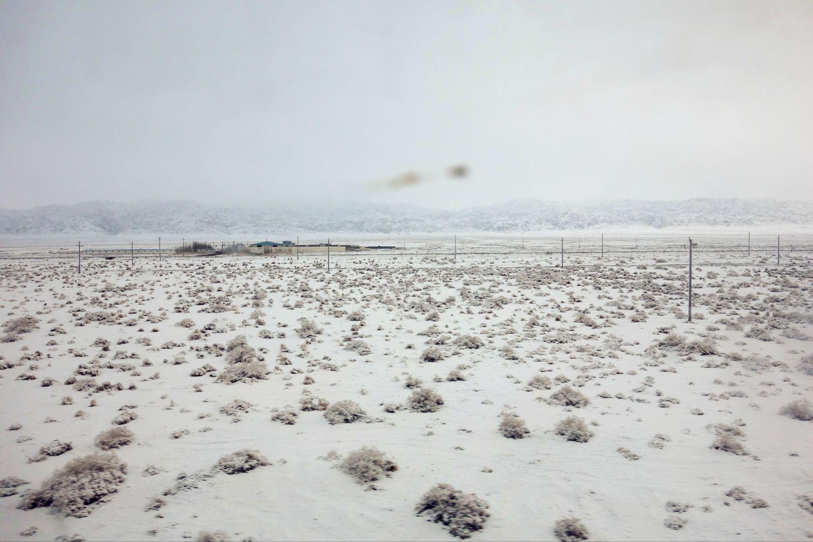 雪��/~���x+�x�&�7:d��_车厢里拍摄的,雪中的大漠