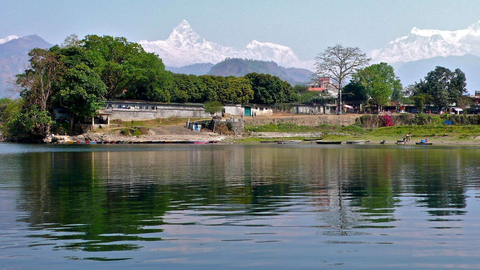 盛名的风景地,位于尼泊尔中部喜马拉雅山南坡山麓博卡拉河谷上的城市