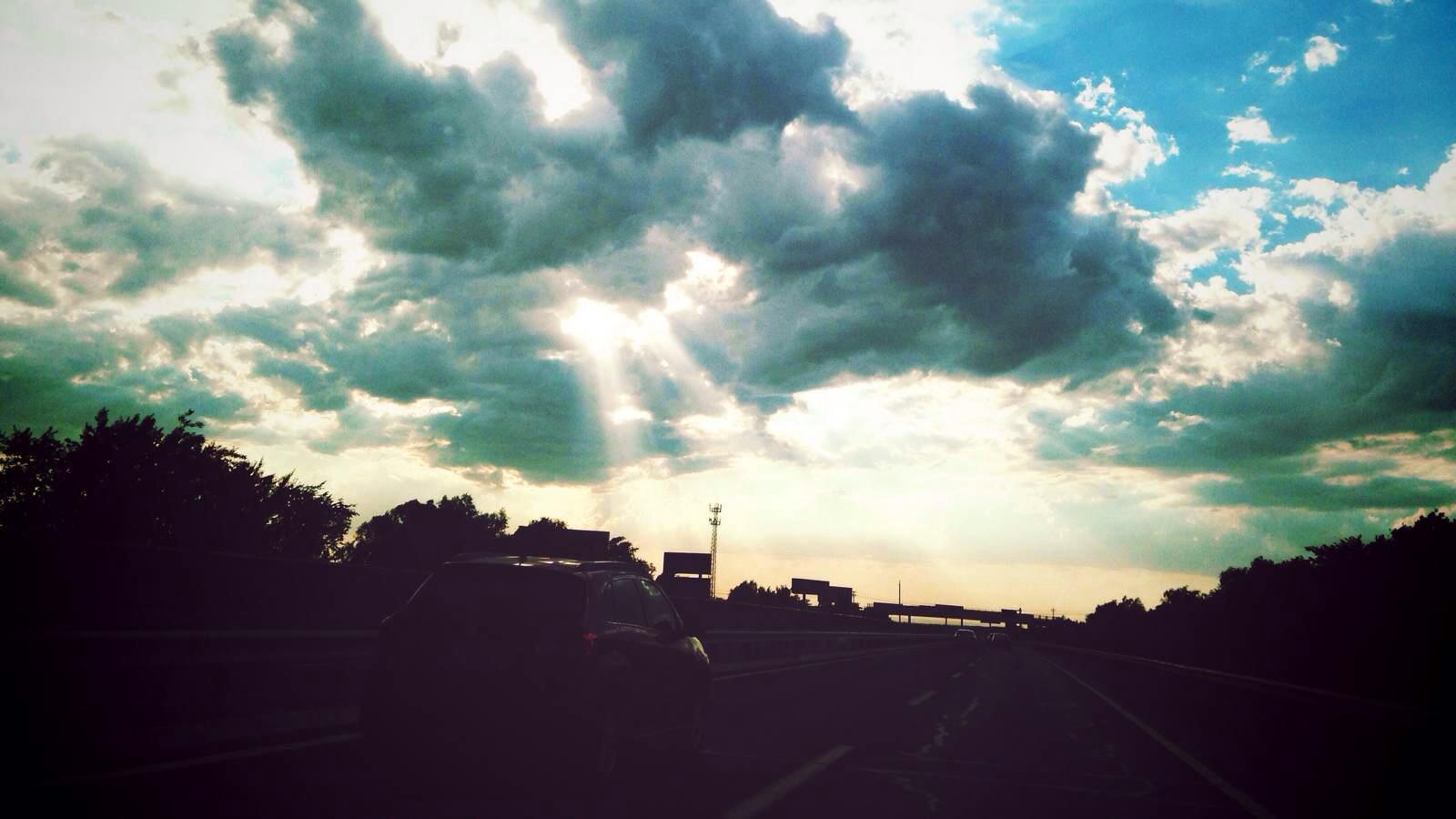 阳光透过云层洒下束束光线,形成蔚为壮观的丁达尔现象.