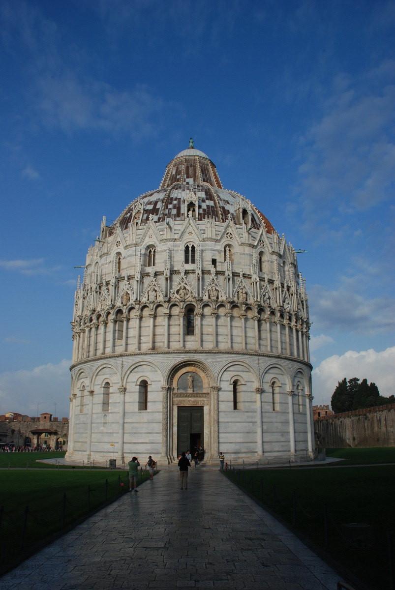 各自相对独立但又形成统一罗马式建筑风格.图片