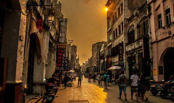 北海老街:珠海路毗邻北海外沙岛,是一条充满沧桑感的百年老街.